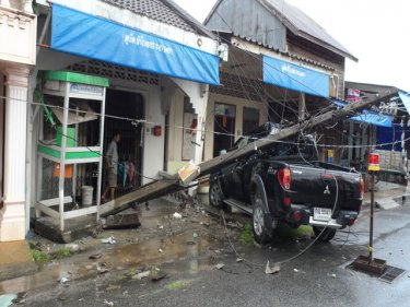 A Phuket pickup brought down a power pole in ''avoiding police'' yesterday