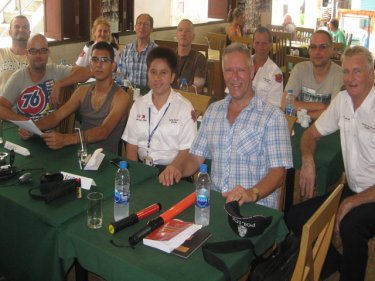 Tony Zalewski with volunteers from Police Region 8 at the Patong course. Mr Zalewski is in the blue check shirt