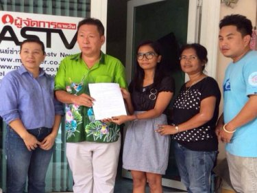 Chutima Sidasathian (centre) delivers a letter to the Phuket Press Club