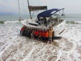 Phuket Yacht Beached in Krabi: Chinese Tourists Call in Lanta Muscle