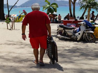 A tourist takes a chair to Patong: who will pull it out from under?