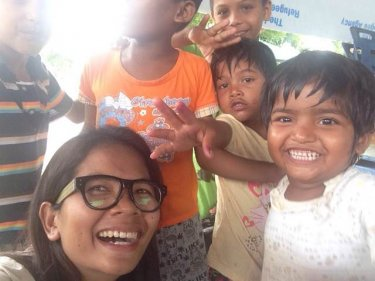 Reporter Chutima Sidasathian with Rohingya boatpeople children